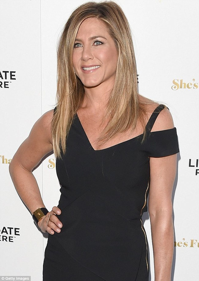 jennifer aniston she's funny that way premiere neutral make up and blonde hairstyle