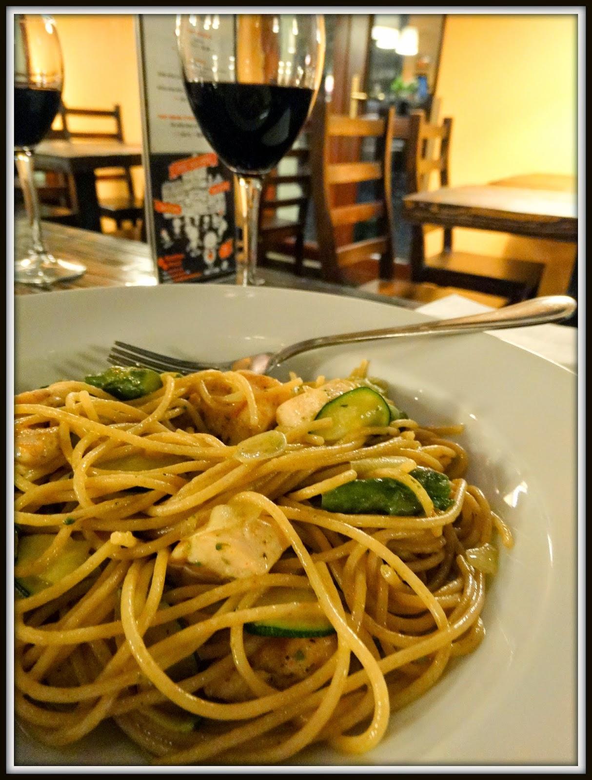spaghetti razowe, Fabryka Pizzy, cukinia, wino czerwone, wino stołowe