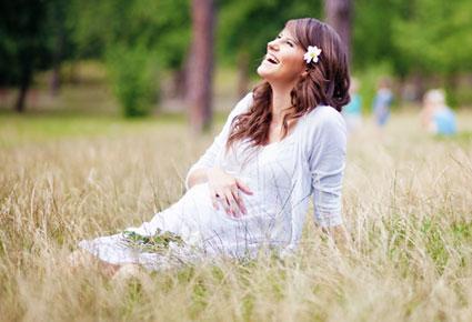 كيف تجعلين طفلك يتحرك في بطنك خلال الحمل - امرأة فتاة بنت حامل - الحمل والولادة - pregnant-woman