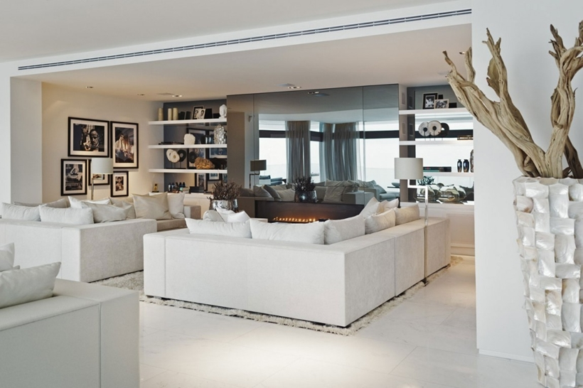 White sofas in the living room of Modern Mansion Built On The Cliffs