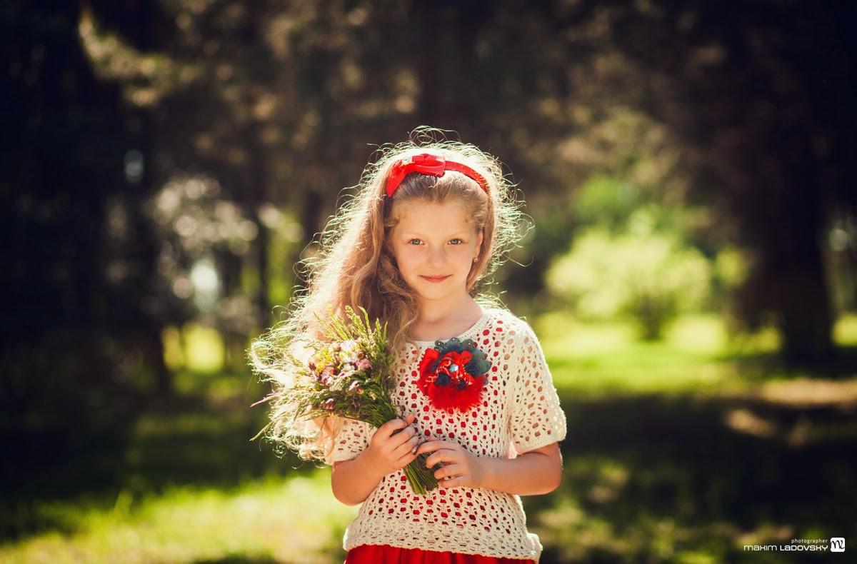 солнечный снимок девочки с букетом