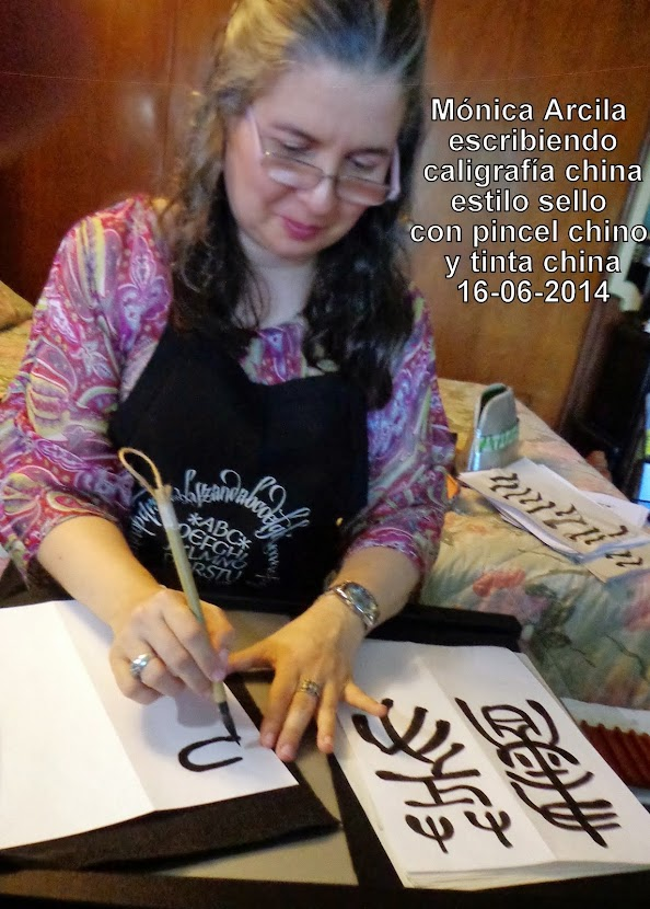 Mónica escribiendo caligrafía china estilo sello