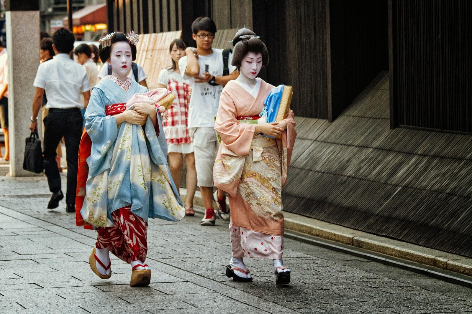 Geiko y Maiko acuden a trabajar en Gion