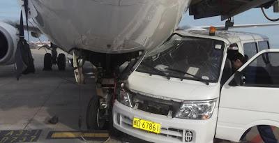 mobil tabrak pesawat-xiamen airport