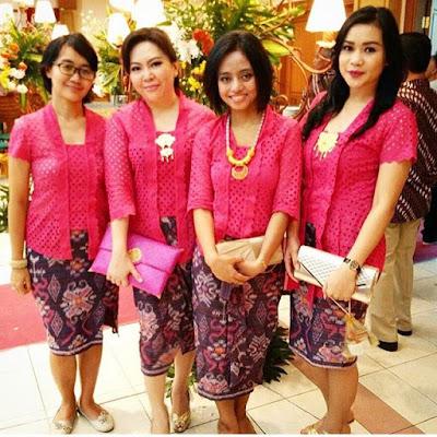 kebaya renda warna pink dengan rok batik
