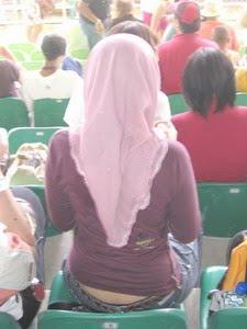 cewek-jilbab-pake-celana-thong-2