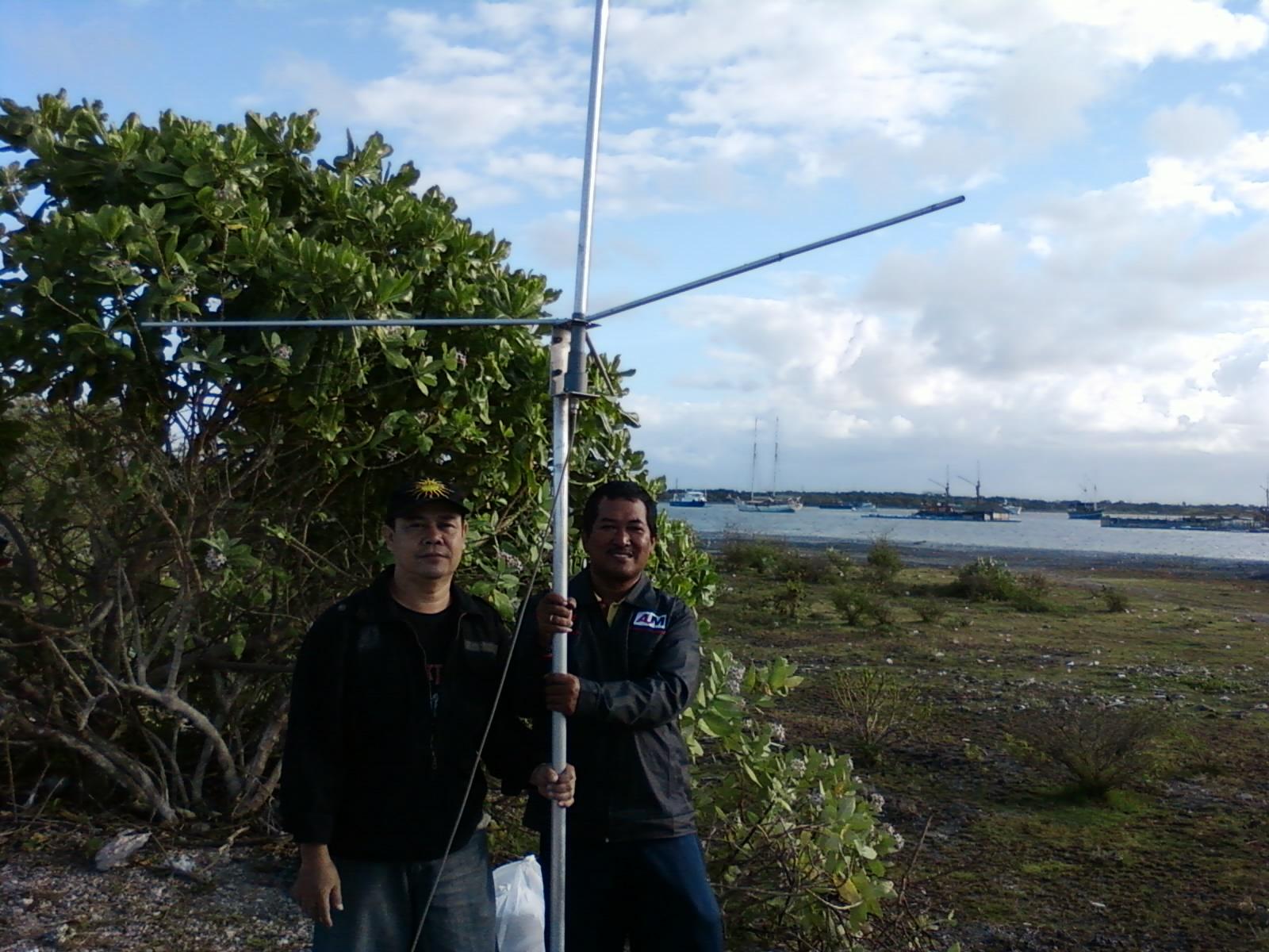 Dengan bangganya Om Didin sedang memegang erat2 antenna hasil ...