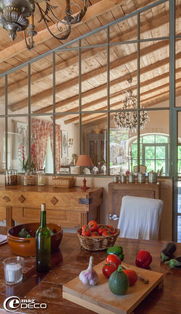 Cuisine avec une grande verrière dans une ancienne bergerie rénovée près de sommières