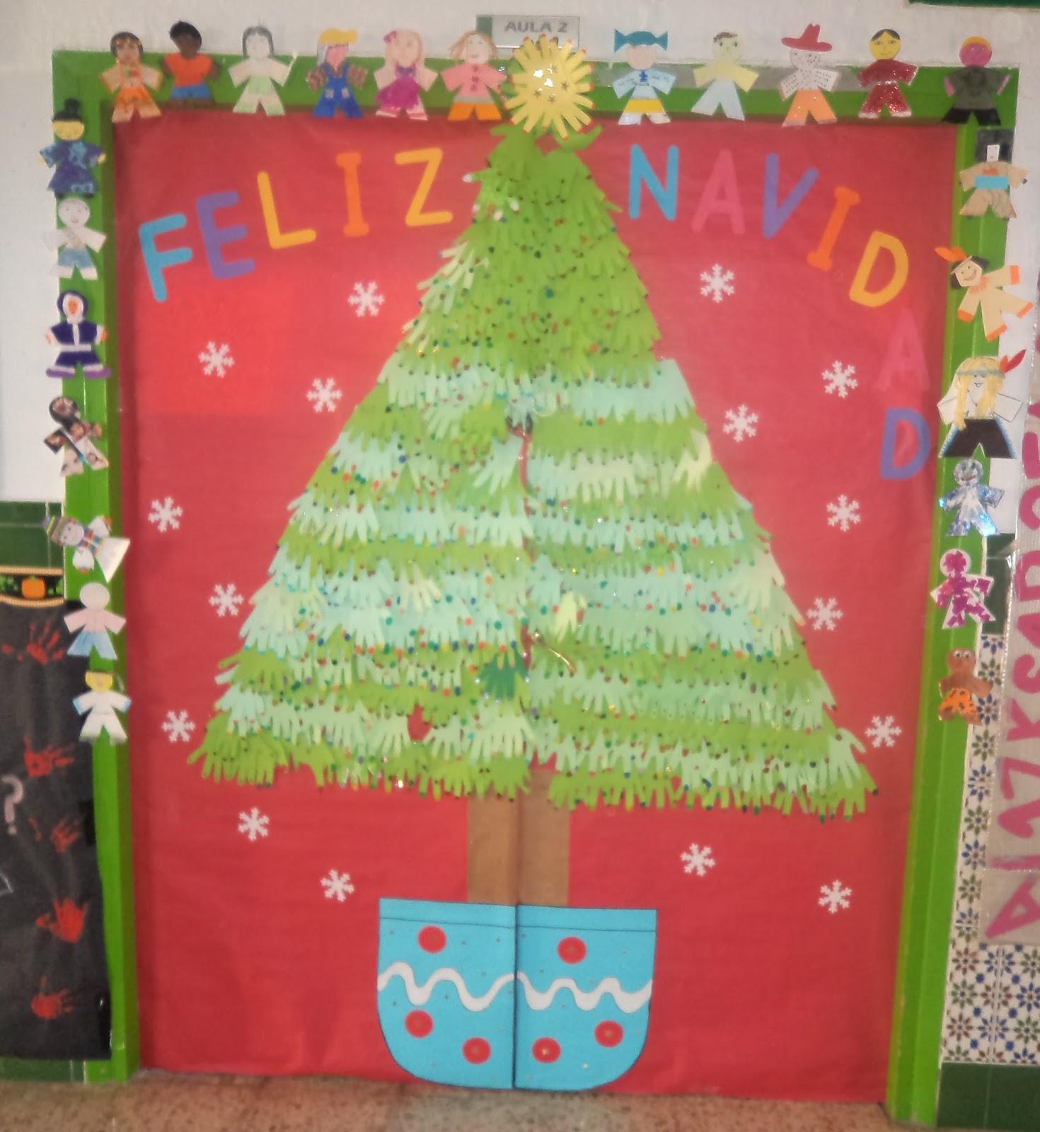 Peque as sonrisas nuestra puerta un aut ntico rbol de for Puertas decoradas navidad material reciclable