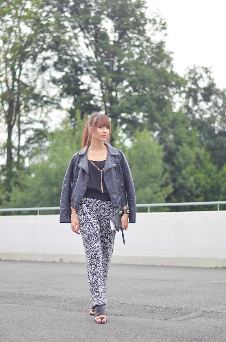 Outfit_gemusterte Haremshose_kombinieren_Lederjacke_ViktoriaSarina