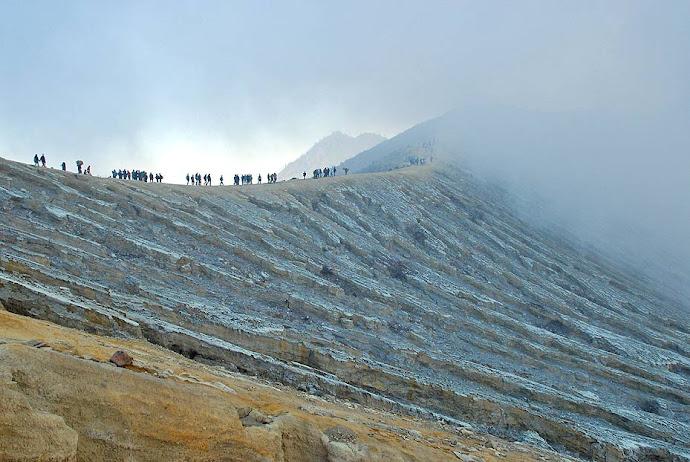 Cima del cráter del volcán