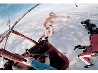 Gila, Pria Ini Terjun dari Balon Udara Tanpa Parasut