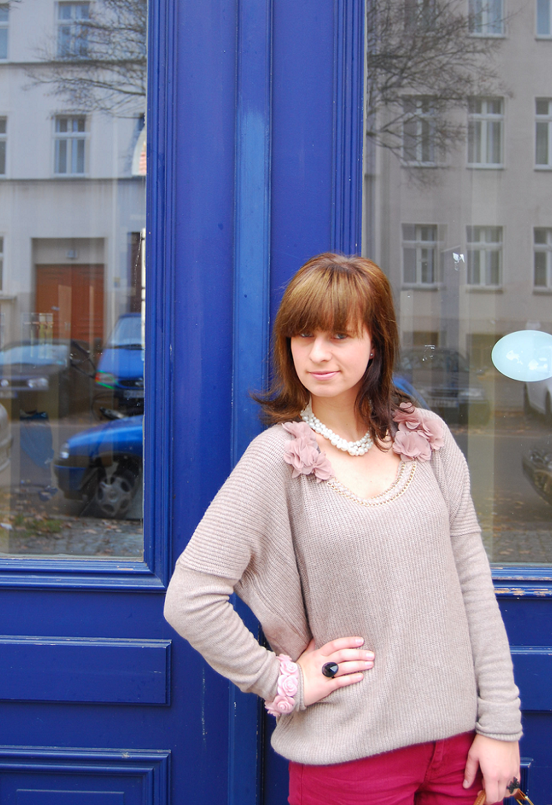 Orsay Outfit: Blumenpullover und rote Jeans