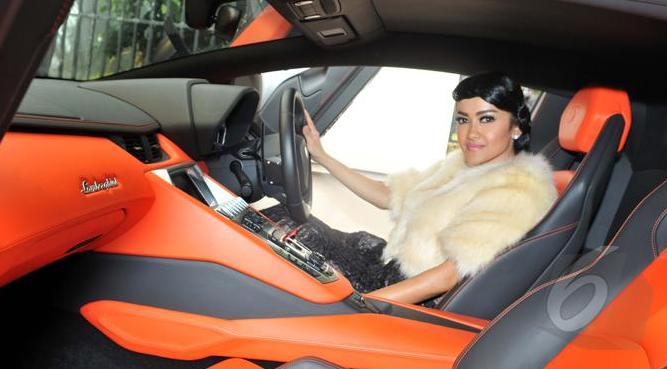 5 Artis Indonesia Punya Mobil Mewah Milyaran Rupiah