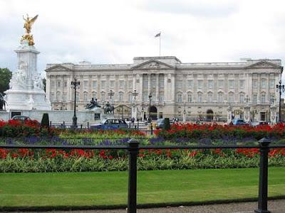 El Palacio de Buckingham, ubicado en Saint James Park, fue construido a principios del siglo XVIII por el duque de Buckingham