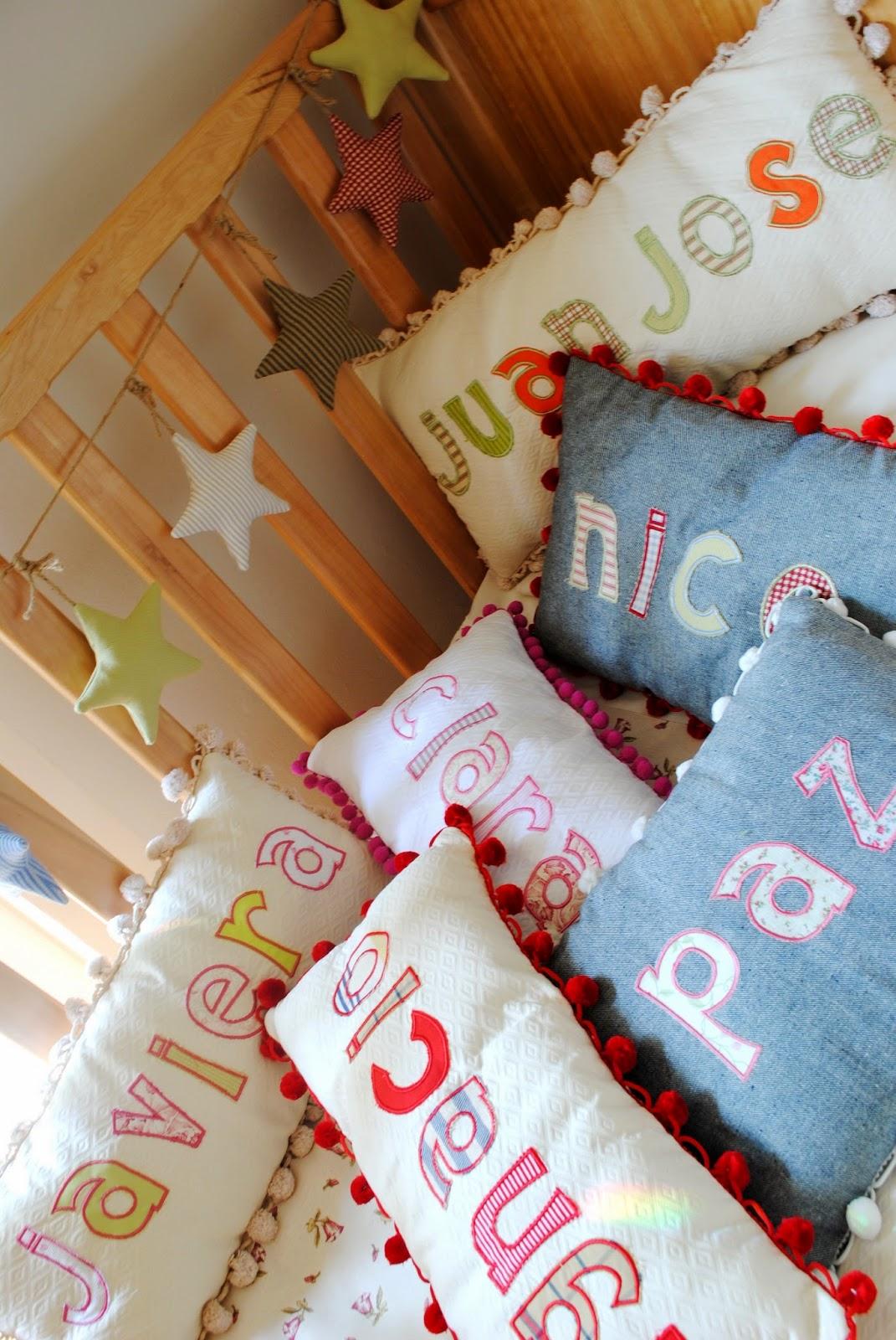 Paz montealegre decoraci n cojines con nombre for Cojines con nombres bordados