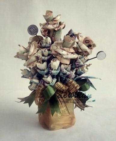 Gambar seni rangkain bunga dari uang kertas