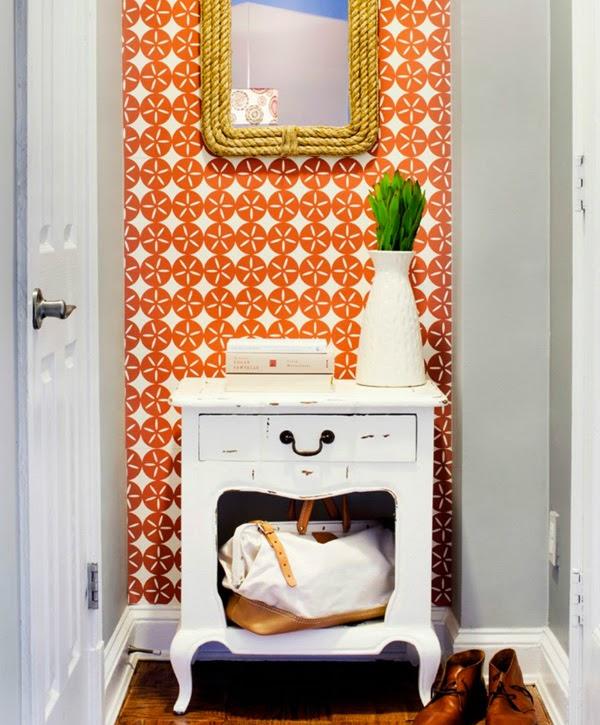 entrada con mesita recuperada en blanco papel pintado naranja y blanco y espejo con cuerda