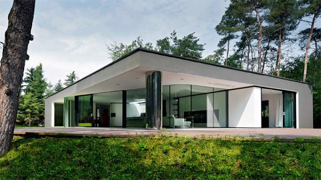 Дом с огромной колонной в лесу