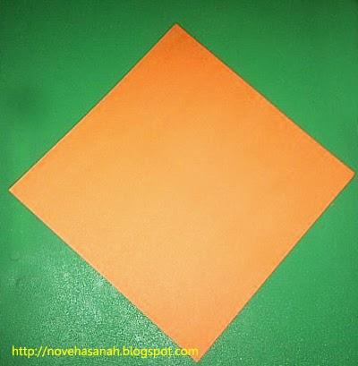 siapkan selembar kertas origami ukuran besar atau tanggung
