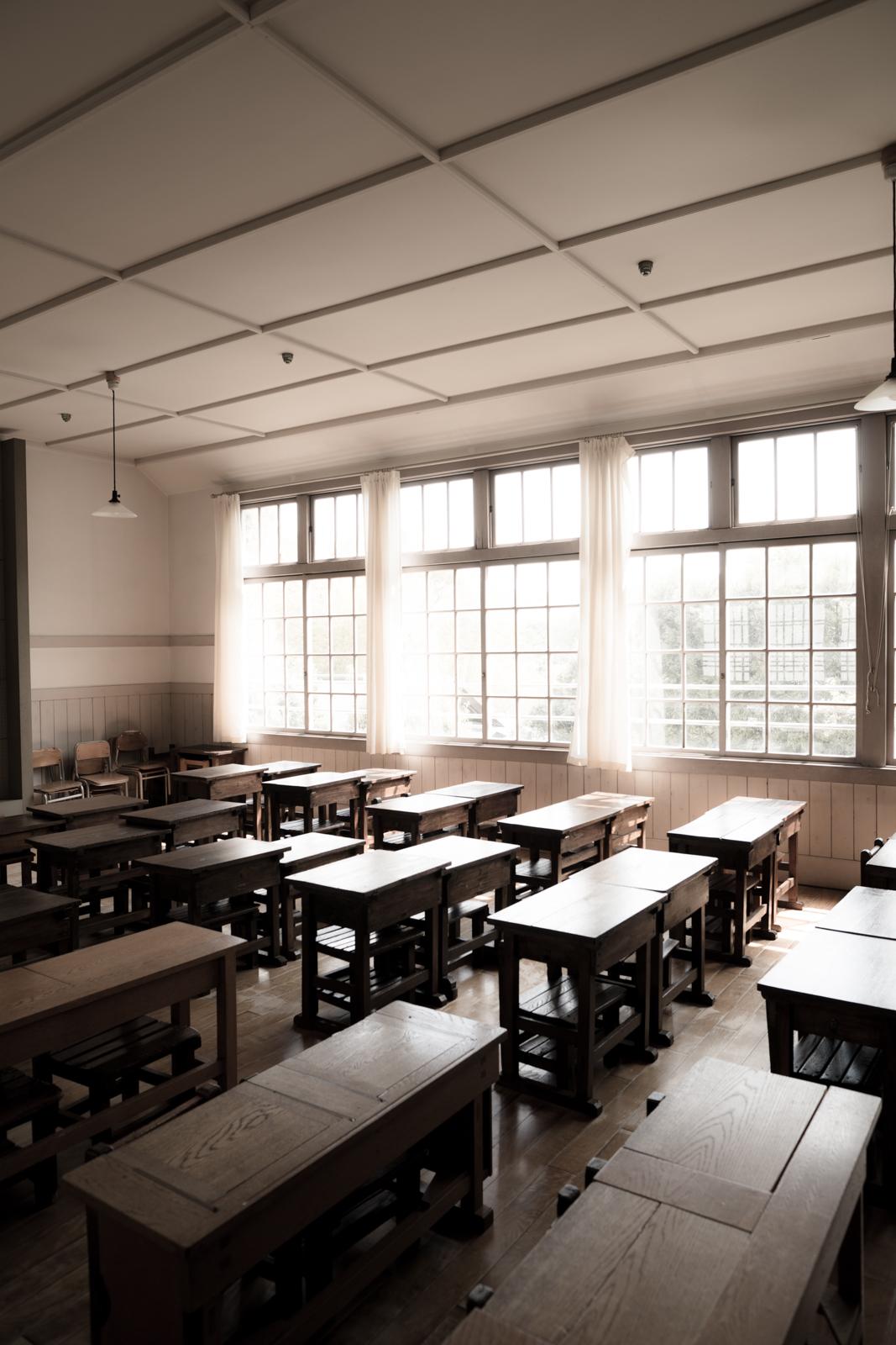 光が綺麗な窓辺と教室の写真