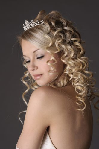 Bucles y tiara, una novia bellísima.