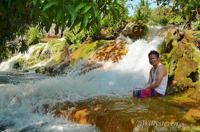 Air terjun kecil di pemandian air panas Mengeruda