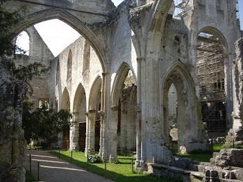 les ruines d'une des chapelles de Jumièges
