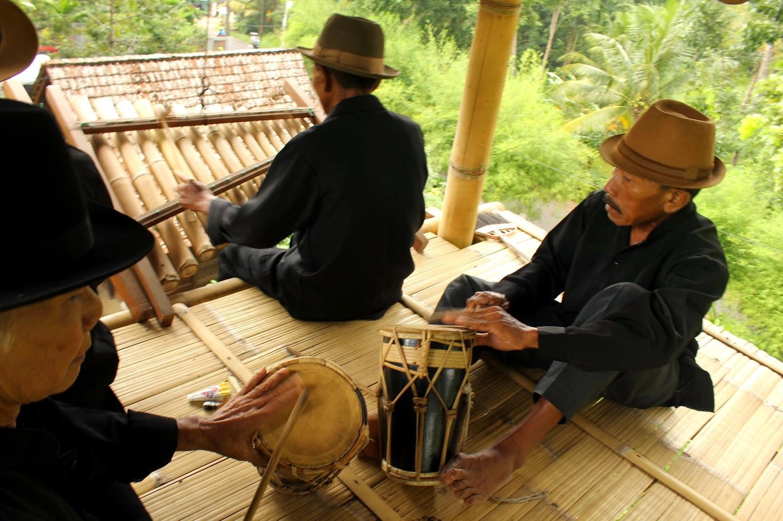 Angklung Paglak khas Banyuwangi.