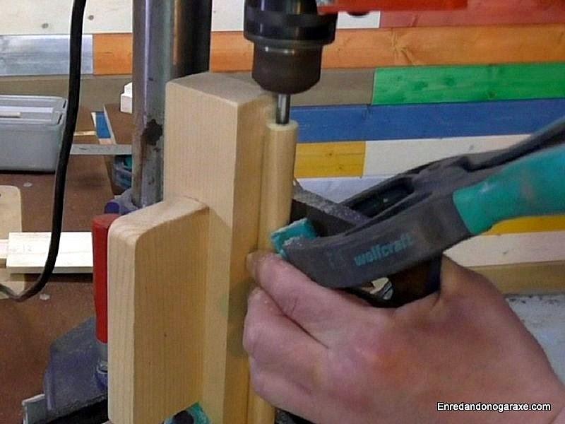 Taladrar el interior de la espiga de madera. www.enredandonogaraxe.com