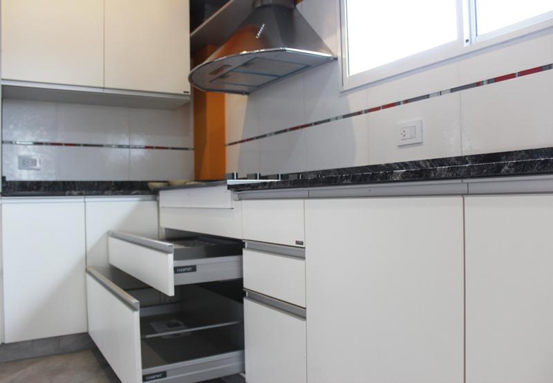 Casa presisso cocina a medida for Melamina color marmol