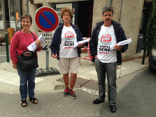 Les camarades sur le marché du Touvet en soutien aux ECOPLA