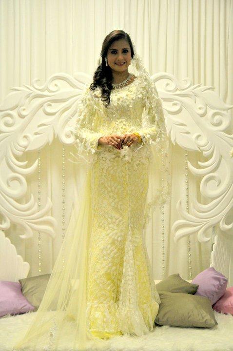 Isteri tomok dalam baju pengantin kuning