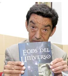Captura de Huelva Información:El autor con su libro