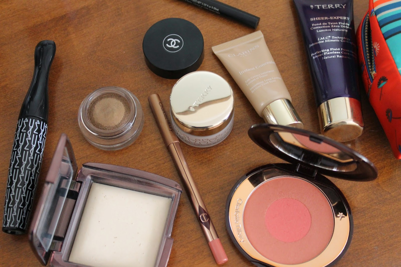 A PEEK INSIDE MY MAKEUP BAG