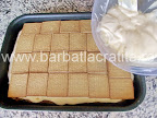 Prajitura Deliciu cu blat din nuca preparare reteta - intindem un ultim strat de crema