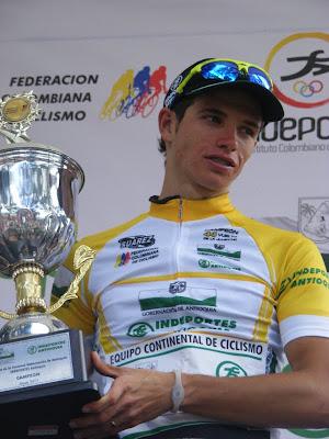 http://2.bp.blogspot.com/-lQkLzhU72Dg/TdBAwKno29I/AAAAAAAABHA/y3EnkaU9Hjg/s640/Daniel+Jaramillo+con+el+trofeo+de+Campen.JPG
