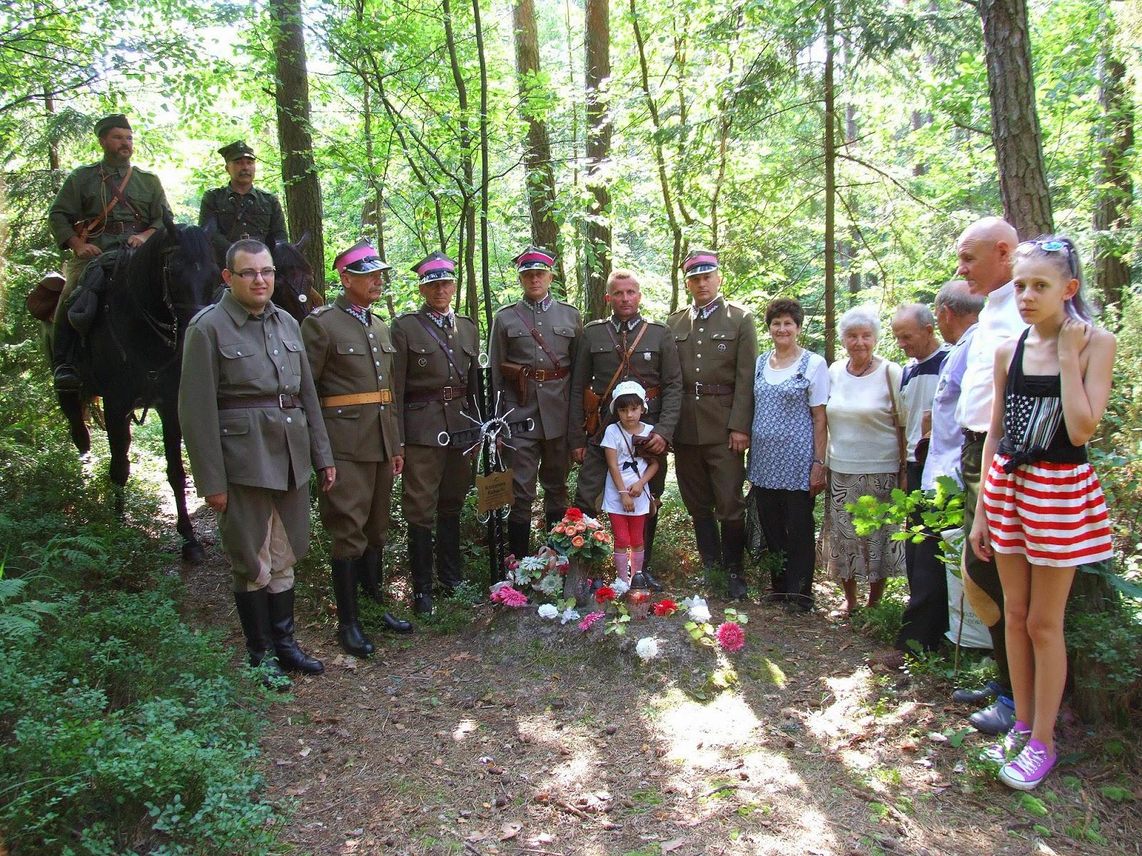 Nieopodal mogiły chłopów z Gałek, znajduje się w lesie samotna wojenna mogiła hubalczyka Kazimierz Kubackiego. Foto. Jacek Lombarski.