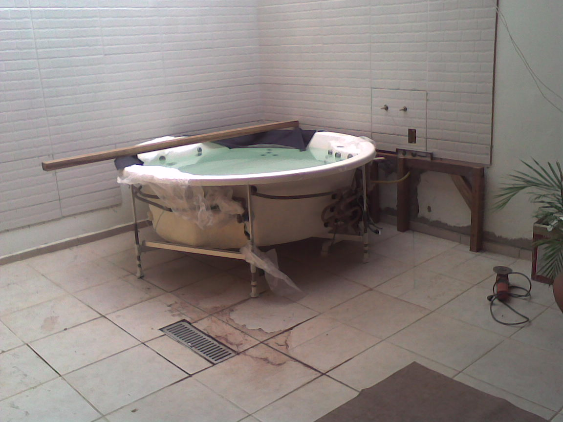 32336176  81561044 Sorocaba SP: Banheira revestida em madeira de deck #5C4B46 1152x864 Banheiro Com Banheira Antiga