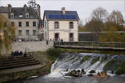 La Gacilly, la cascade et la passerelle en novembre
