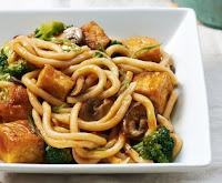 Macarrão com Tofu Crocante, Brócolis e Champignon (vegana)