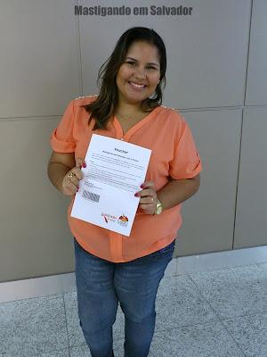 Entrega de prêmios: Gabriela Carneiro e o voucher da Cheiro de Pizza