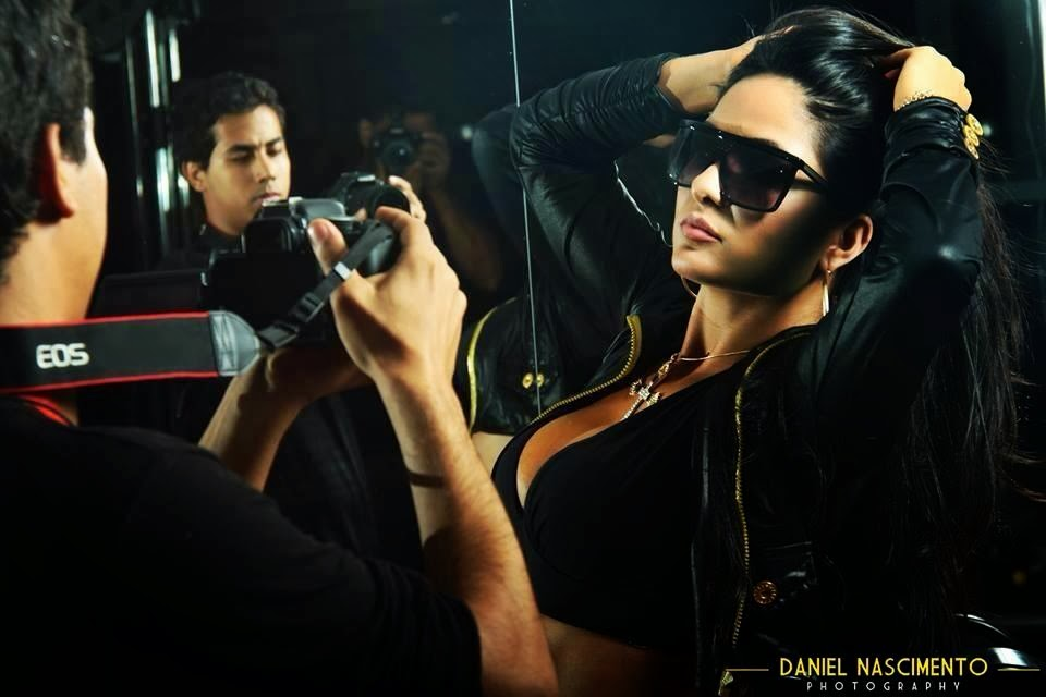 A poderosa Kariny Rodrigues sensualiza em ensaio sexy fitness