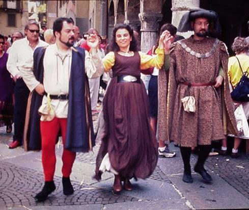 figura 3 - danza quattrocentesca con due cavalieri ed una dama
