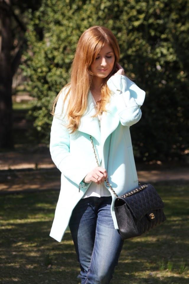 Abrigo mint. Bolso Chanel Jumbo.