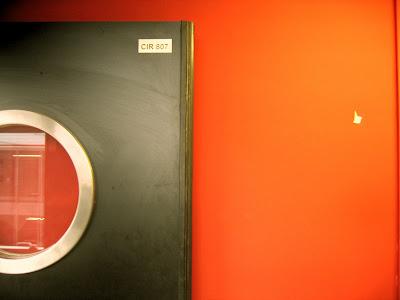 porte noire mur rouge