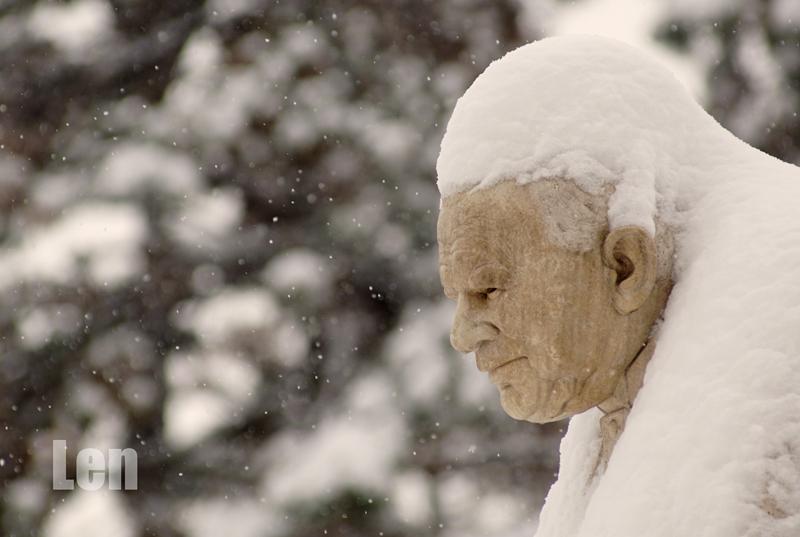 II. János Pál Pápa szobra a márciusi havazásban
