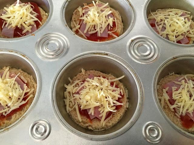 Mini tostas de jamón, queso y aceitunas. Añadiendo jamón cocido y queso.