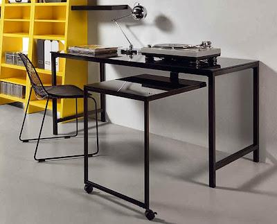 Una oficina en casa con muy poco espacio - Mesa escritorio negra ...