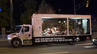 Um caminhão com carroceria transparente. Dentro, mulheres agredidas são levadas como gado.